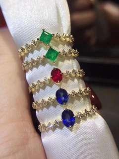 爆款火热上市🔥 小清新精致款❣️18k金红宝 蓝宝 祖母绿 款式新颖💃🏻做个有品味的精致女人 💰1250🉐 不议价 上手灰常好看😘 金重:1.33~1.22克,主石:0.30~0.20ct,钻石8颗4份。附赠证书🎁礼盒