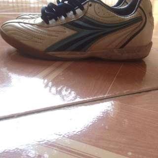 Sepatu futsal merk diadora