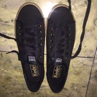 sepatu keds hitam