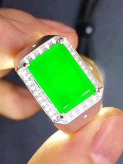 墨翠:【戒指】完美無裂紋,18K金+南非大鑽鑲嵌,細膩乾淨,黑度極黑,性價比高,雕工精湛,打燈透綠,薄利多銷,一手貨源,批發價:¥12600  圈口: 20 可免費更改