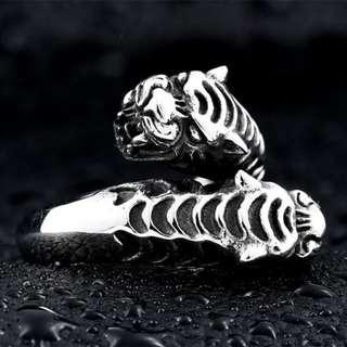 《 QBOX 》FASHION 飾品【RBR8-252】精緻個性雙老虎頭鑄造鈦鋼戒指/戒環