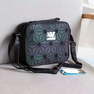 店長推薦愛迪達 單肩包 Adidas 三葉草 三宅一生 3D菱形 幾何圖案 斜挎包