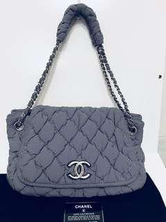 Chanel 灰色特別布料肩膊袋。(用約五次)