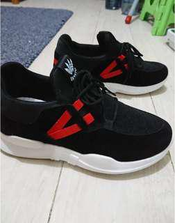 Black and red sports shoes 37