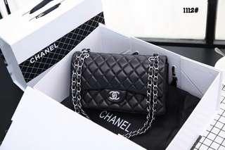 Chanel Classic Medium Flap Bag  1112#22  Bahan kulit Dalaman kulit Kwalitas High Premium AAA Tas uk 25x6,5x14,5cm Berat dengan box 1,4kg  Warna : -Black Silver Tone Include Box Chanel  Harga @820rb