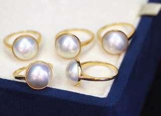 18k金鑲嵌12-13mm極品馬貝經典款戒指 ,超美的珠光令人一見難忘。