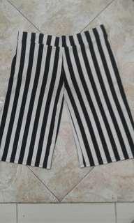 Celana strip hitam putih