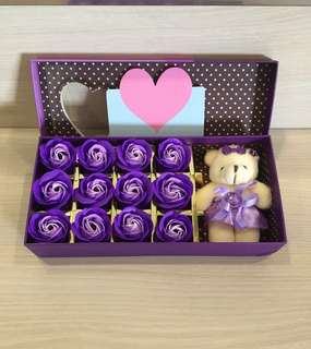 😀HOT selling item😀🌹Beautifully Handmade flower soap roses gift box❗️IDEAL GIFT FOR VALENTINE'S DAY/BIRTHDAY/ANNIVERSARY/MOTHER'S DAY 🎁 12 stalks of scented roses 🌹+ a cutie bear *FREE greeting card upon request* Do refer to photos