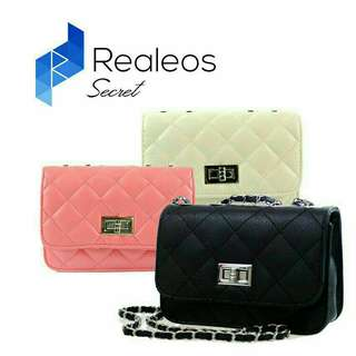 Realeos quilted chain bag