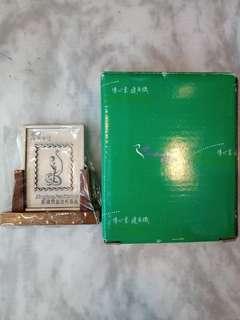 香港郵政局2012 龍年2013蛇年郵票金屬印樣坐木枱裝飾非賣品每款$89。(只限本店交收)