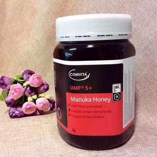 "🍃Comvita康維他麥盧卡蜂蜜 1kg🎈完全不同概念的蜂蜜,富含獨特的UMF抗菌活性物。麥盧卡蜂蜜有醫療價值,甚至超越傳統的抗菌藥物,被譽為""蜜中極品""。有慢性胃炎必入。UMF值越高抗炎抗菌效果越好,日常保養喝5+就可以 ✌️蜂蜜是一種無副作用的天然抗生物質,對咽炎,多痰,咳嗽等發炎過敏症有特效。"