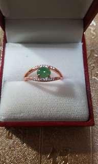 天然翡翠戒指配925玫瑰金扣,活圈抵買價$450。