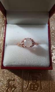 天然翡翠配925玫瑰金戒指,活圈 $450。