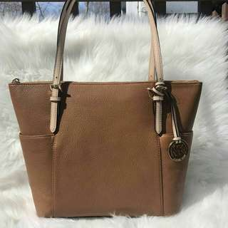 READY STOCK Michael Kors Jet Set East West Top Zip Leather Tote in Acorn .