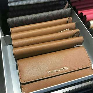 READY STOCK Michael Kors Jet Set Travel Flat Leather Wallet  In Luggage