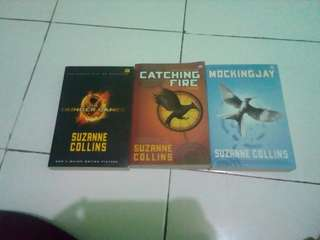 NOVEL THE HUNGER GAMES SET: The Hunger Games, Catching Fire, Mockingjay (Buku Terjemahan)