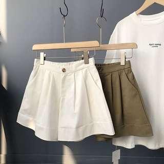 。超顯瘦水洗棉百搭A字打褶短褲。兩色