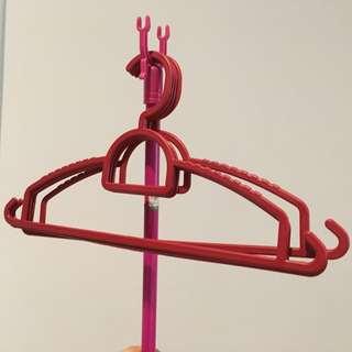 4x plastic clothes hangers