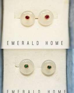 自家緬甸玉石珠寶完美追求者之選 。 價格: $1888HKD 玉石: 白玉耳環 寶石: 紅寶石/綠寶石 鑲嵌: 18k紅金無邊鑲嵌