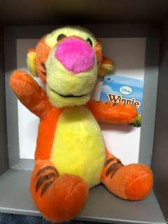 正版Winnie The Pooh 跳跳虎毛公仔 促銷價 99.9%新 AIA carnival 公仔