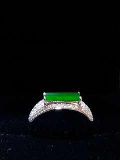 翡翠半圓柱型戒指 (18K金鑲碎鑽)