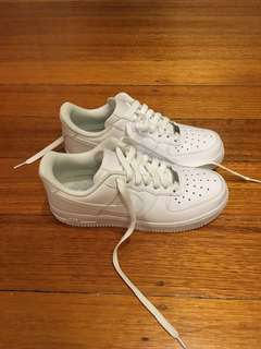 NIKE AIR FORCE 1 - SIZE US 6