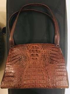 鱷魚皮手袋 vintages 內𥚃容量大 冇破 四角有點磨損 冇染色 實物非常覩