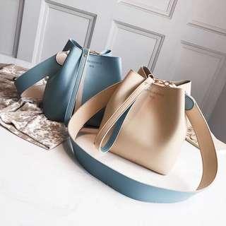 🚚 預購®️韓版素面水桶包寬版背帶手拿包肩背包皮革包
