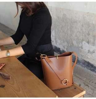 🚚 很能裝預購®️韓版極簡風單肩水桶包側背包寬版圓環背帶手拿包復古