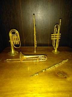Miniatur alat musik dari kuningan dan barang langkah