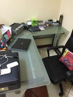 Meja kantor kaca letter L