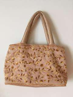 🚚 女款杏色刺繡手提包 類似曼谷包