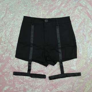 大腿環帶造型短褲
