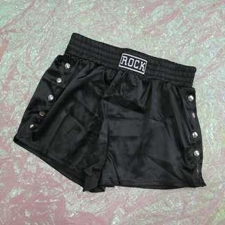 兩側釦子造型短褲