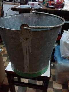 手挽鐵水桶