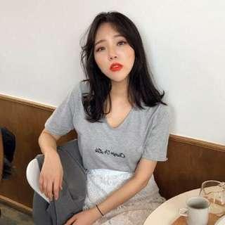 Minimei追加款✪韓系韓版歐美風百搭休閒簡約單品 性感V領胸前字母直筒短袖T恤