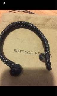 🚚 bottega veneta bv 手環 黑色 吊牌刮傷 皮有部分掉 如照片 完美主義請繞道  穿戴時不明顯 便宜賣 尺寸小 只適合手細男生