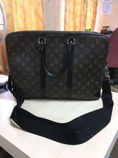 LV massenger bag monogram