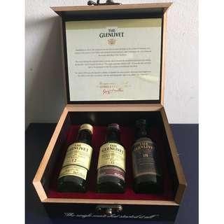 Glenlivet mini whisky in wooden box