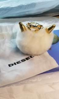 Diesel 白色毛毛鎖匙扣