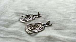 長得像蚊香的銀色古董針式耳環