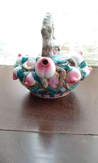 七十年代金地粉彩仙桃茶壺(減價$250)