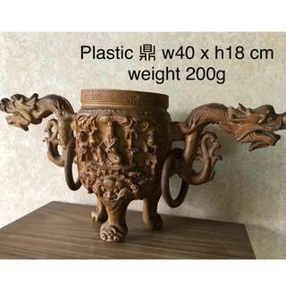 Plastic Tripod (Ding) 鼎