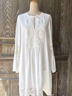 韓。高質感渡假風。布蕾絲雕花寬袖口洋裝。米白