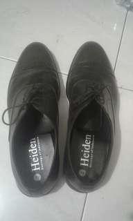 pantofel hitam mulus