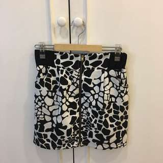 Animal printed black and white skirt with front zipper