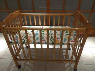 原木九成新的嬰兒床特價出清