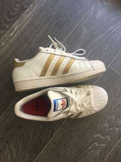 GOLD ADIDAS SUPERSTARS SIZE 7.5 WOMENS SIZE 5 GRADE SCHOOL