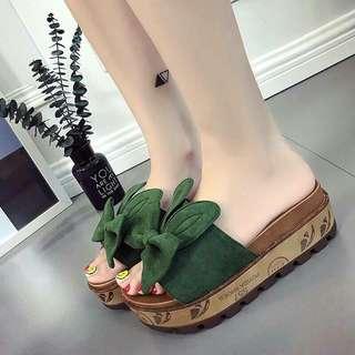 #預購 #女鞋 韓版厚底坡跟兔耳蝴蝶結一字拖鞋 360元 尺碼👉35~39 顏色👉綠/黑/米白