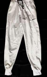 celana training putih